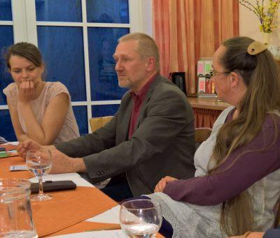 Katharina, Reinhard und Stephanie verfolgen die engagierte Diskussion der Gäste